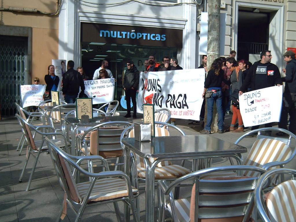 Protesta al devant de cafeteria DAUNIS- Pl. Santa Anna, a Mataró.